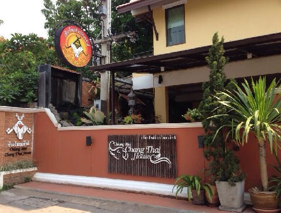 Chang Thai House: 清迈大酒店,有游泳池,含早,价格非常划算。