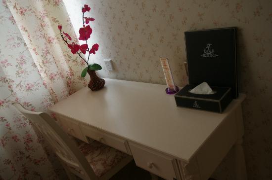 Balidao Holiday Hotel: 书桌,好温馨的墙纸和窗帘~喜欢!