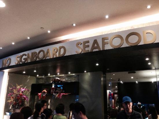 No Signboard Seafood: 门口排队的人群