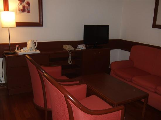 Holiday Inn Lisbon - Continental : 套间桌子