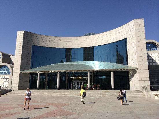 Xinjiang Regional Museum (Qu Bowuguan) : 自治区博物馆主楼外景