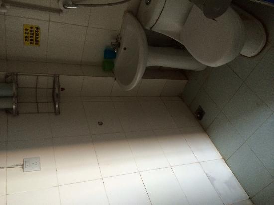 Huandaohai'an Blue House Inn: 海景一号房的厕所,简直跟路边小旅馆一样,四百五一天阿