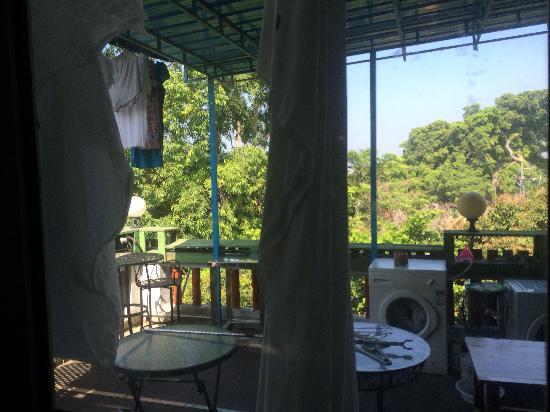 Huandaohai'an Blue House Inn: 所谓的露台乱七八糟,晒满了床单之类的,根本没法坐下