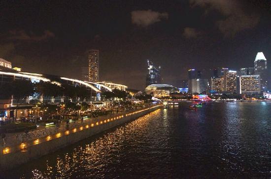Waterfront Promenade: 夜晚的新加坡滨海湾步道