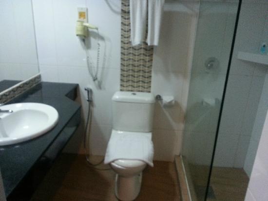 Kinabalu Daya Hotel: 浴室