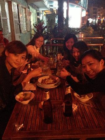 V Cafe (Restaurant/Bar/Live Music): 户外的座位
