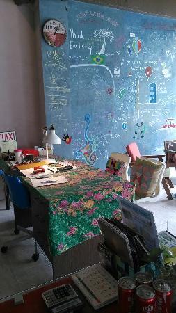 Kata Bai D: 喜欢这个办公桌和大厅的涂鸦板~