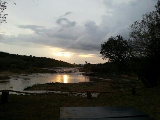 Mara Crossings Camp : 酒店河畔的日落~