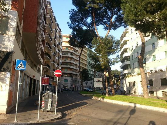 Mercure Roma Corso Trieste: 酒店到地铁的路上