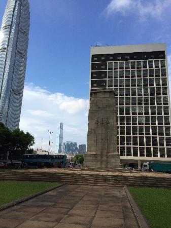 Statue Square and Cenotaph: 凝重