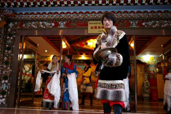 Jiuzhaigou National Arts Center: 艺术中心的帅哥