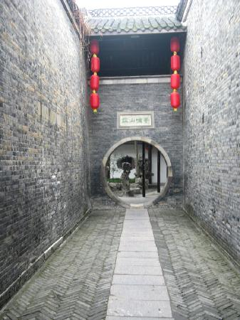 Heyuan Garden : 寄啸山庄门洞