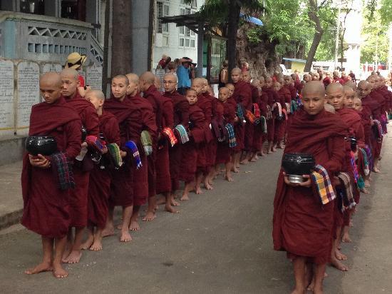 Mahagandayon Monastery: 和尚