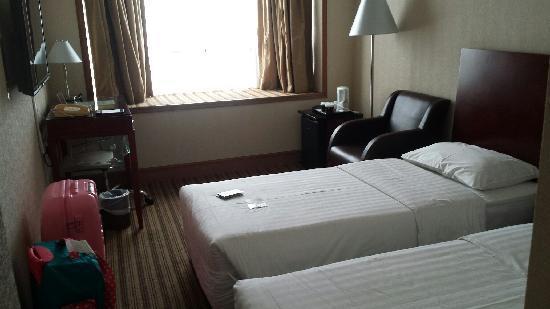 Newton Hotel Hong Kong: 酒店里面干净又整洁。还有个飘窗~可以在房间里看到海晚上夜景也是棒棒哒!