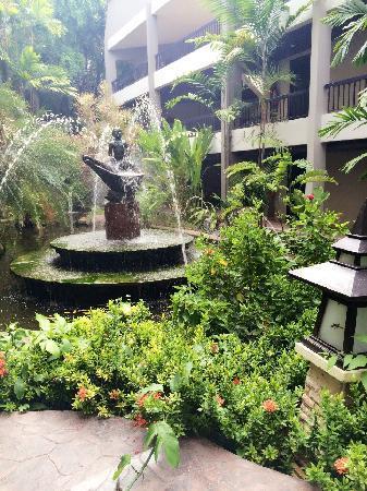 Siam Bayshore: 酒店内到处都有美丽的热带植物、流水、喷泉…