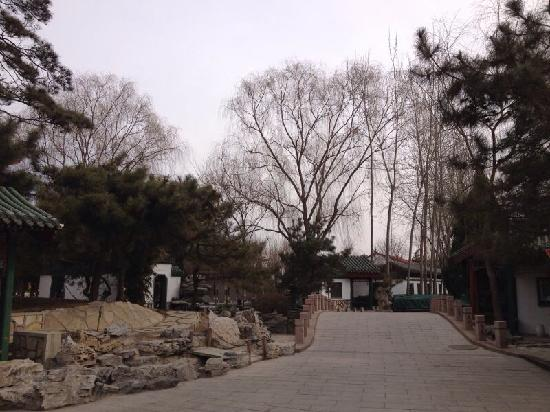 Beijing Sichuan Wuliangye Longzhaoshu Hotel: 园林酒店,散步很适合