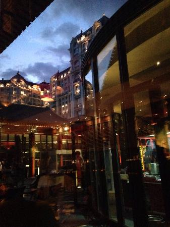 Duck De Chine : 室内向中庭照的 后面是励骏豪庭酒店 中庭专门是露天烧烤的 室内吃炒菜为主