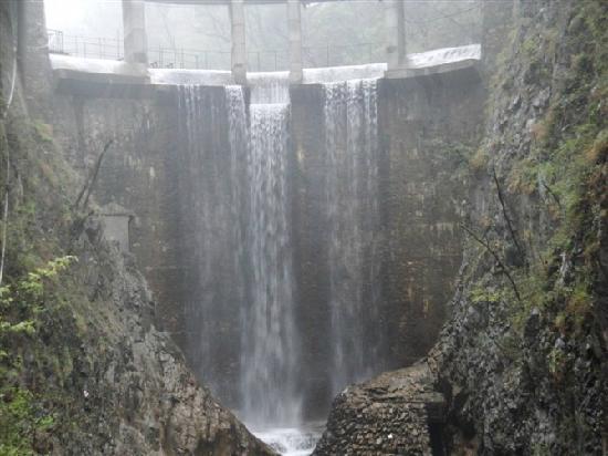 Shangnan County, Trung Quốc: 瀑泉从上直泻下来