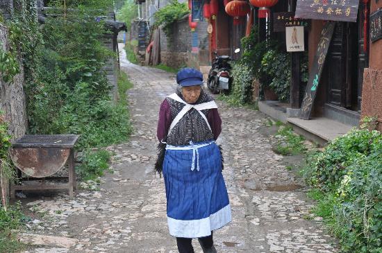 Baisha Ancient Town : 白沙古镇里的老奶奶