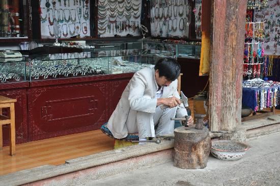 Lijiang Old Town: 丽江古城里的工艺品店