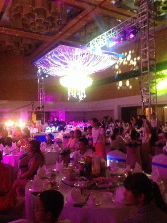 Jin Jiang International Hotel Xi'an: 朋友在这里举办的婚宴,非常高大上的大宴会厅,听说是欧亚经济论坛永久会址,好高的顶呀,从来都没有见过!不错,以后娃的满月宴就考虑这里!
