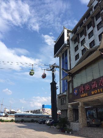 Vide Hotel: 大门口,旁边就是天门山索道