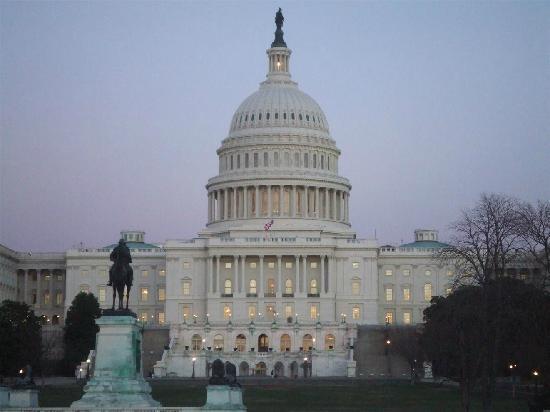 Capitol Hill: 傍晚的国会大厦