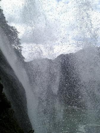 Huangguoshu Falls: 从黄果树瀑布内的水帘洞向外看