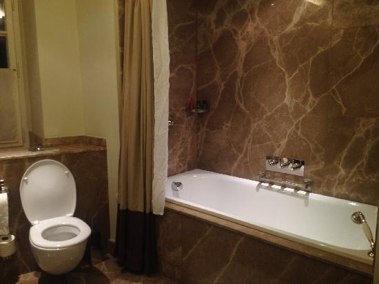 Augustine, a Luxury Collection Hotel, Prague : 浴室