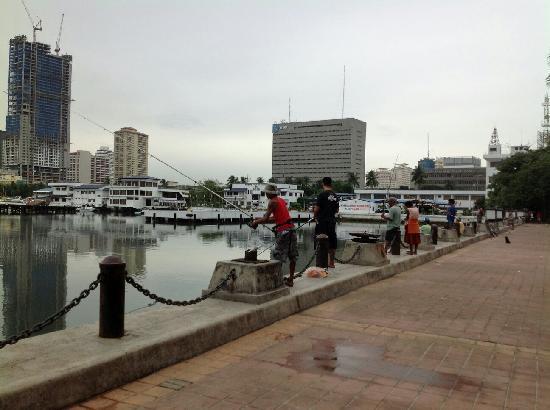 Manila Bay: 海湾钓鱼