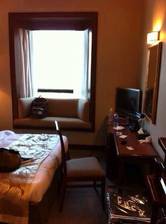 Rosedale Hotel Hong Kong: 酒店位置在铜锣湾,十分不错,酒店的服务小弟也非常棒,主动帮客人拿行礼并且送到房间。房间虽然不算大,但是干净需要什么都有,尤其是面对维多利亚港,view 也算是不错的!!!