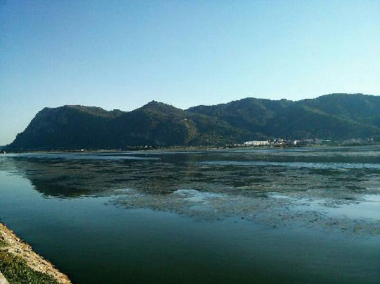 Dian Lake (Dian Chi): 从滇池望西山,那叫一个通透。