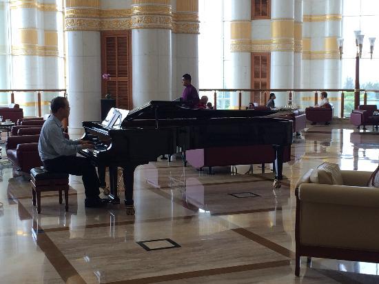 The Empire Hotel & Country Club : 大堂的钢琴现场演奏