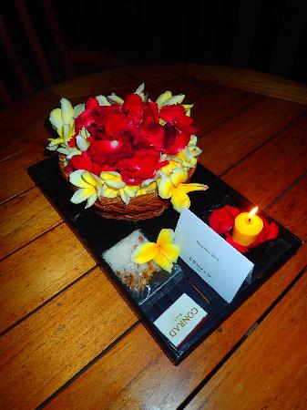 Conrad Bali: 办了婚礼…晚上回来发现了这个 还有小礼物 玩得很开心