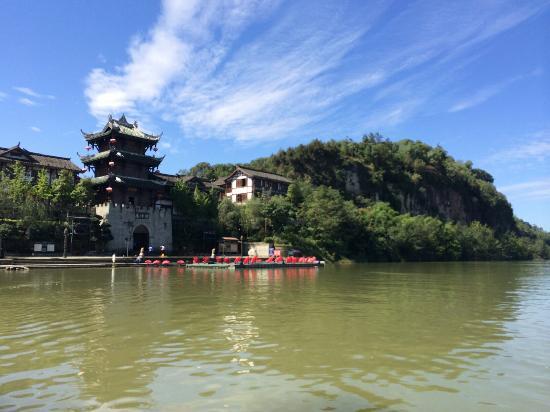 Mt. Jinping Scenic Resort: 游船上看锦屏山