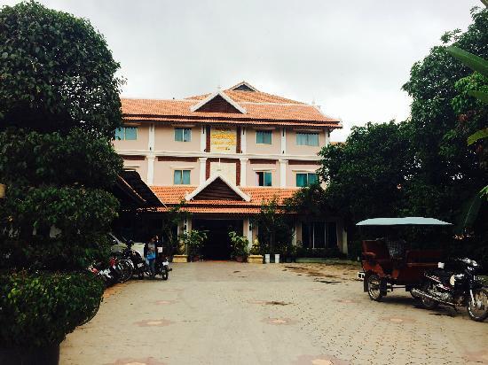 Tan Kang Angkor Hotel : 酒店的停车场以及外观