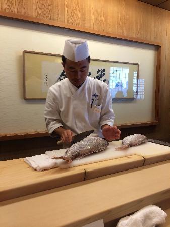 Roan Kikunoi, Kiyamachi: Preparing dish