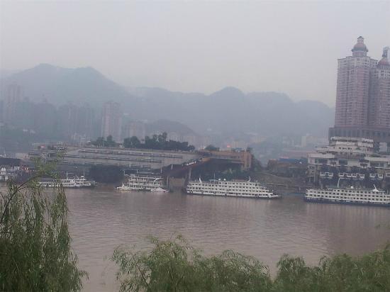 Chongqing Chaotianmen: 薄雾中的朝天门