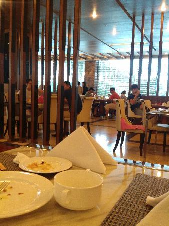 Grand Plaza Hanoi Hotel : 餐厅美女多多哟· ·