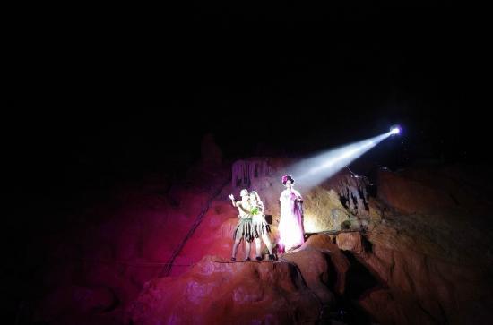 Wannian County, Chine : 溶洞表演
