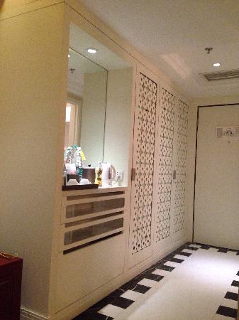 Mercure Chengdu North Hotel : 最开始在agoda预定的最便宜的大床房¥294,到前台时免费升级到行政楼层的大床房。门口的衣柜和吧台设计有点土。