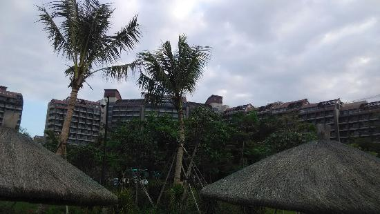 Pullman Oceanview Sanya Bay Resort & Spa : 沙滩拍摄的酒店全景
