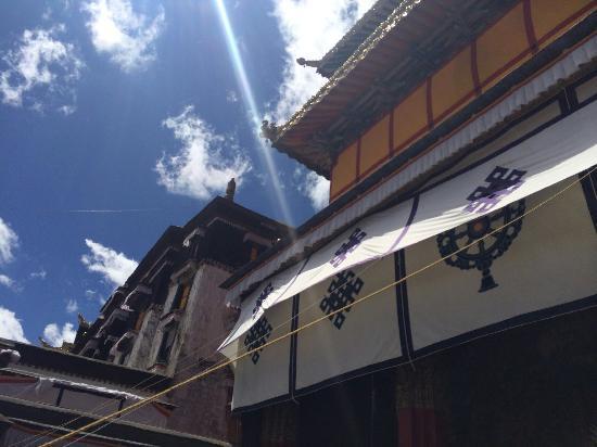 Nichi Temple: 阳光下的尼赤寺