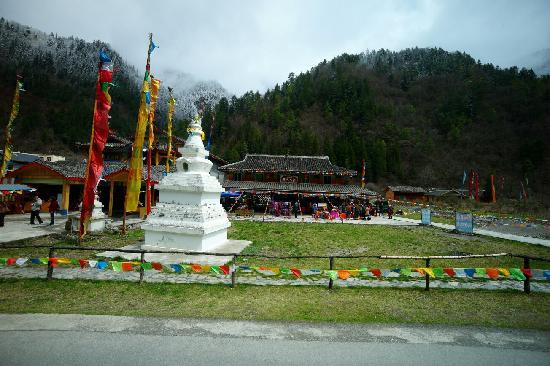 Jiuzailing Temple : 村口的灵塔