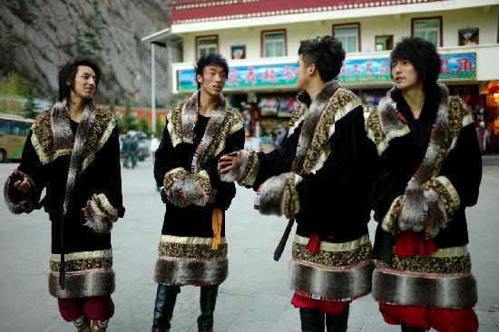 Zang Mi Tibetan Music and Dance Show: 帅气的男演员