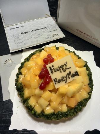 Gloria Residence : 因为酒店没有蜜月客房布置,所以赠送了超好吃的新鲜水果塔蛋糕,还有手写签名的祝福贺卡,太贴心了