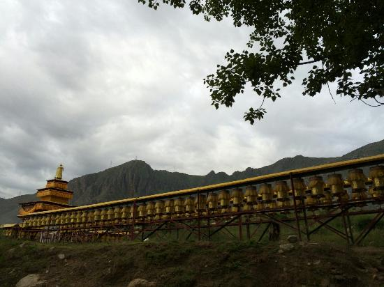 Gyaca County, China: 长长的转经筒