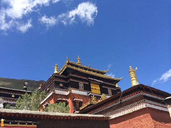 Mangkang County, Chine : 蓝天下的吉斯寺