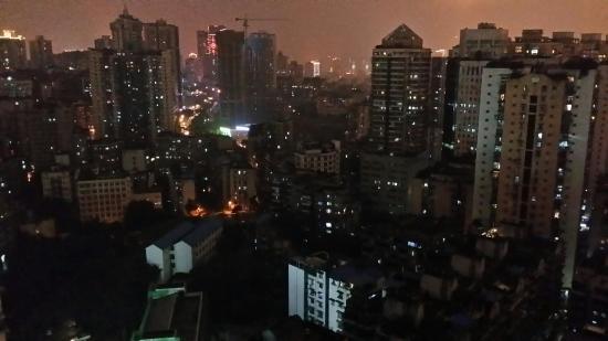 Sunshine Self-serviced Apartment Hotel: 窗外的夜景还不错!