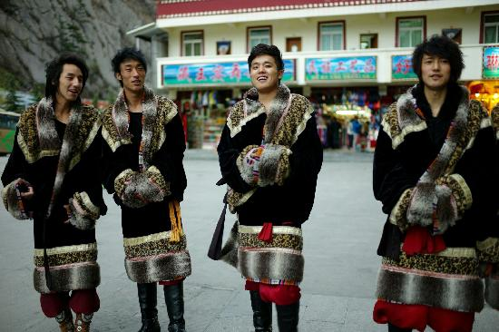 Jiuzhaigou National Arts Center: 帅气的男演员